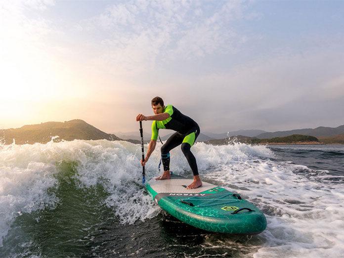 Bezpieczne wakacje nad wodą z deską SUP